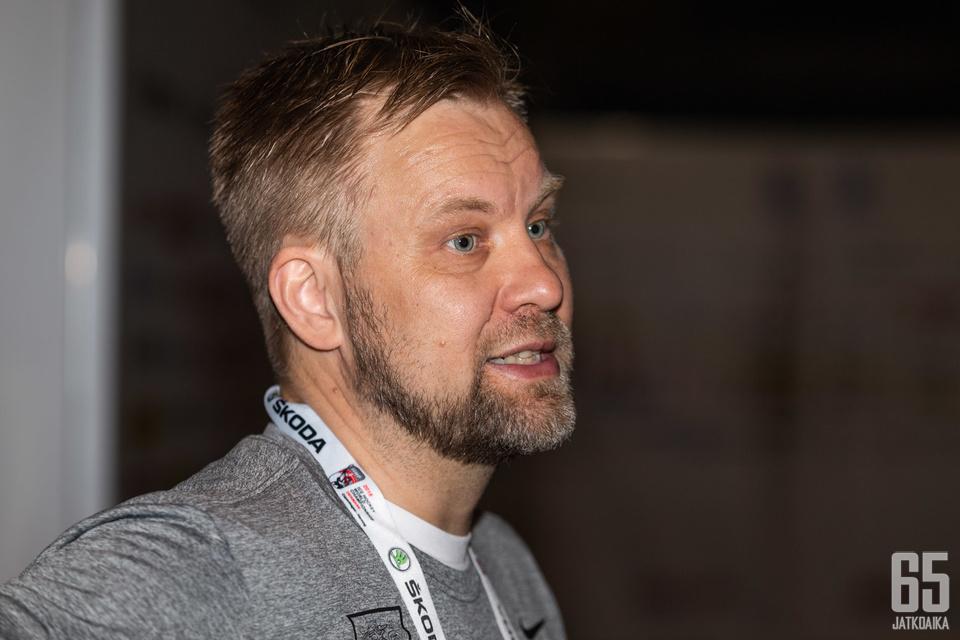 Mikko Manner toimii Leijonissa apuvalmentajan roolissa.