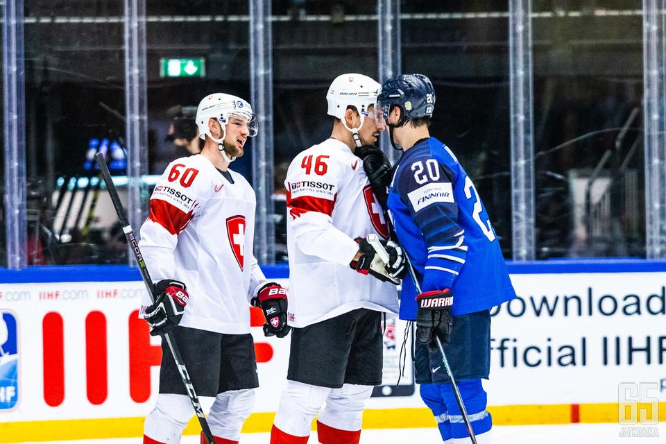 Sveitsiläiset kävivät kiittämässä Ahoa pelin jälkeen.