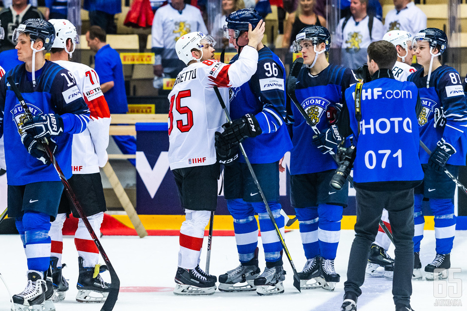 Rantanen kohtasi ottelun jälkeen Avalanche-joukkuekaverinsa Sven Andrighetton.