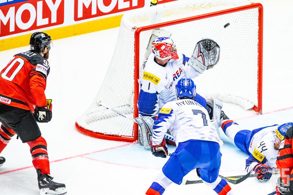 Etelä-Korean pelaajilla oli jatkuva kiire kanadalaisten käsittelyssä.