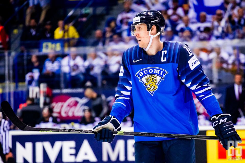 Marko Anttila kantaa Suomi-paidassaan kapteenin merkkiä.