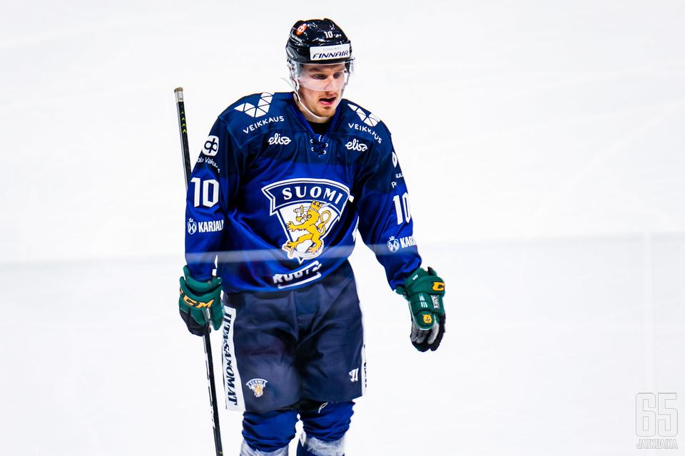 Eemeli Suomi sai kiekon Ruotsia vastaan verkkoon, mutta maali hylättiin maalivahdin häirintänä.
