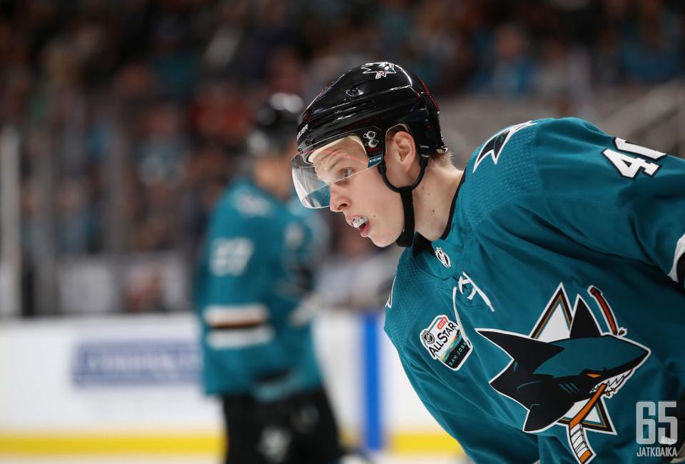 Suomela solmi jatkosopimuksen Sharksin kanssa.
