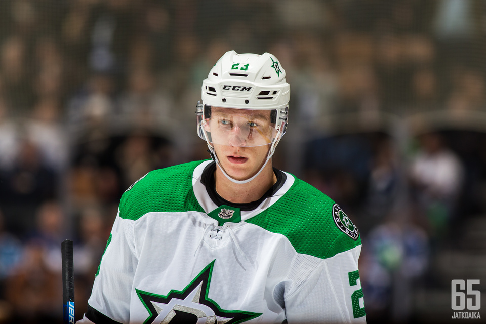 TORONTO, ON - NOVEMBER 1: Esa Lindell #23 of the Dallas Stars looks on against the Toronto Maple Leafs during the second period at the Scotiabank Arena on November 1, 2018 in Toronto, Ontario, Canada. (Photo by Kevin Sousa/NHLI via Getty Images)