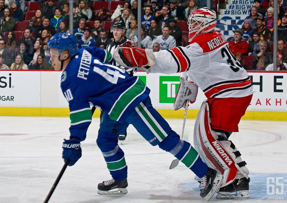 Alex Nedeljkovic pelasi viime kaudella yhden NHL-ottelun.