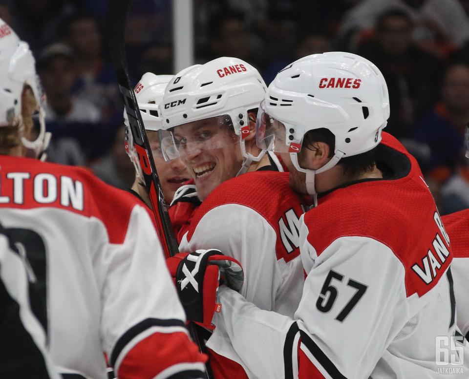 Saku Mäenalanen juhli avausmaaliaan NHL:ssä.