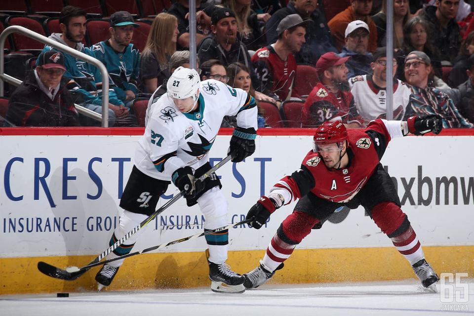 Joonas Donskoi sai vääntää edellisessä ottelussa tosissaan Arizona Coyotesin Niklas Hjalmarssonia vastaan.