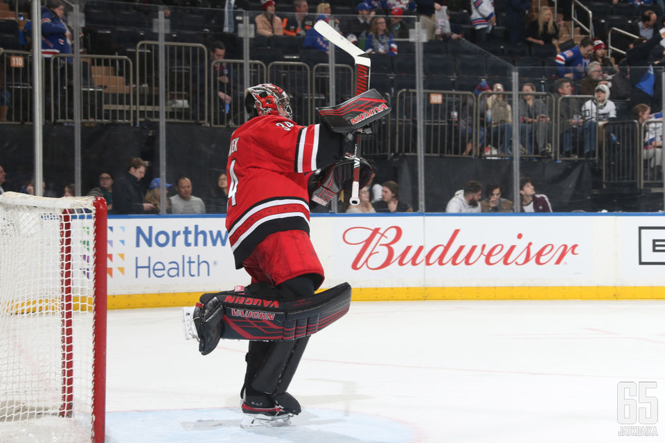Carolina Hurricanesin ykkösmaalivahti Petr Mrazek kärsi NHL:n pudotuspelien toisella kierroksella loukkaantumisesta. Palaako maalivahti tolppien väliin pysäyttämään suursuosikki Boston Bruinsin?