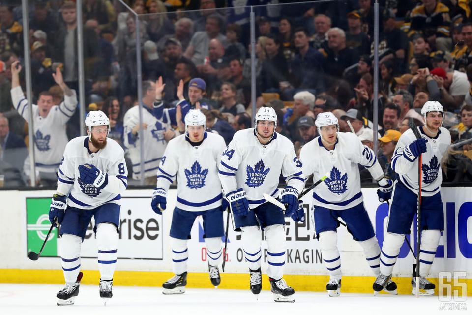 Auston Matthews (kesk.) ei ole vielä menestynyt Maple Leafsin kanssa.