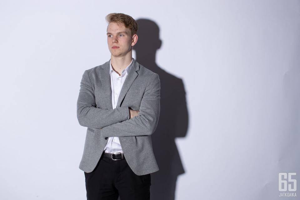 Bowen Byram poseeraamassa NHL:n testileirillä järjestetyssä kuvaustilaisuudessa.