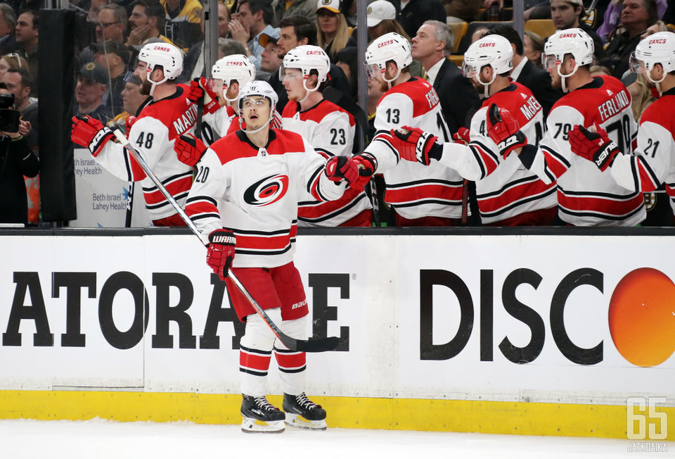 David Ayresista tuli NHL-historian vanhin debyytissään voiton torjunut maalivahti.