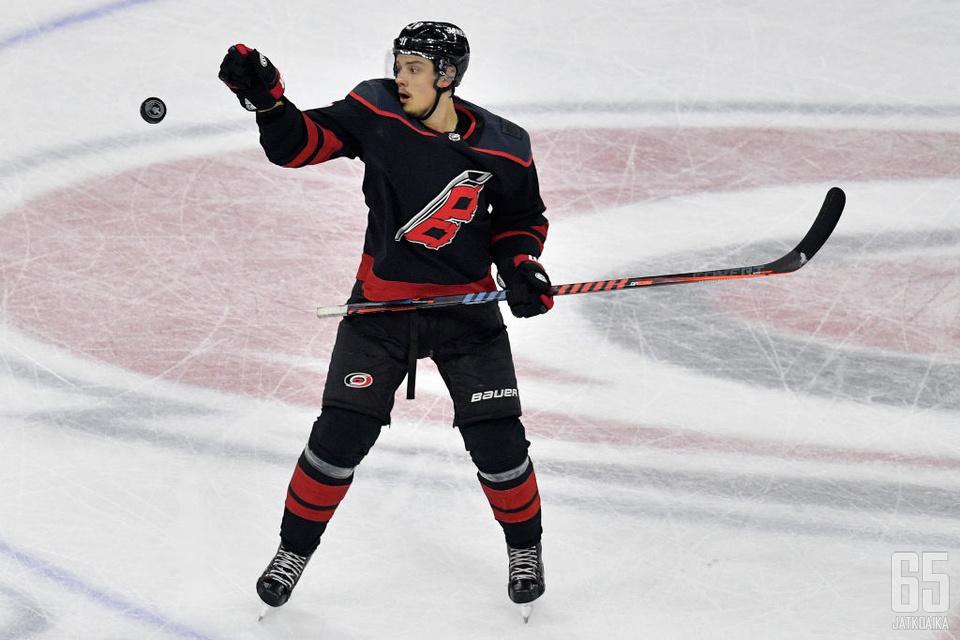 Sebastian Aho on alkavallakin kaudella Hurricanesin tärkein pelaaja.