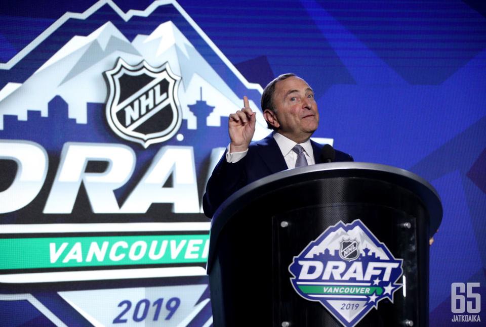 NHL-komissaari Gary Bettman piti varaustilaisuuden avauspuheen.