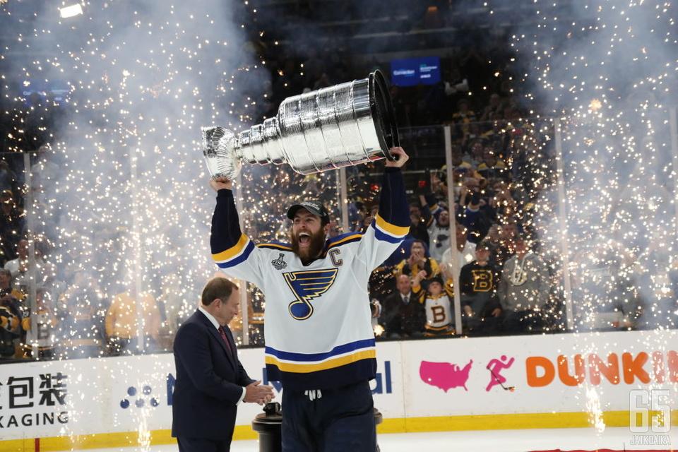 Alex Pietrangelo nosti Stanley Cupin ilmaan.