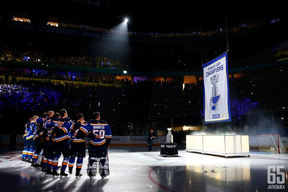 Mestaruusviirin nousemista kattoon ehdittiin Blues-fanien keskuudessa odottaa 52 vuotta.