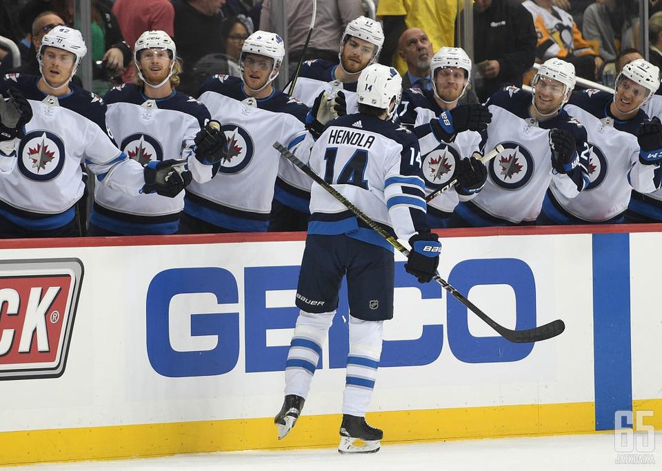 Ville Heinola pääsi vastaanottamaan onnitteluita NHL-uransa avausmaalin johdosta.