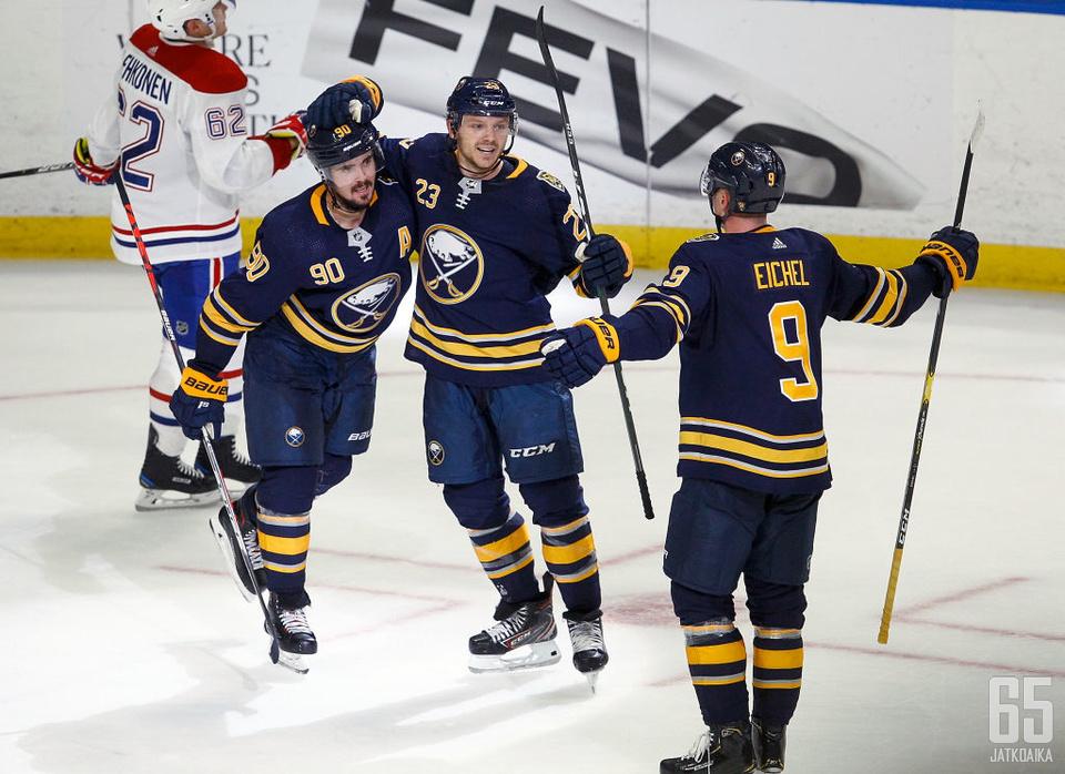 Sabres-Canadiens -ottelu päättyi isäntien voittoon. Jatkoaikamaalia juhlimassa Marcus Johansson (90), Sam Reinhart (23) ja kierroksen suurimpiin sankareihin lukeutunut Jack Eichel (9).