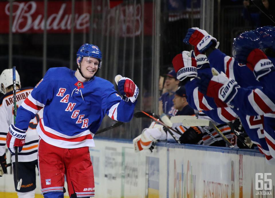 Kaapo Kakko juhli NHL-uransa avausmaalia viime viikonloppuna Edmonton Oilersia vastaan.