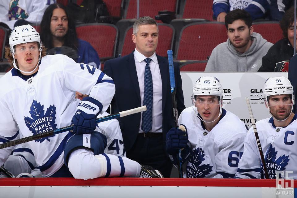 Sheldon Keefe myhäilee Toronto Maple Leafsin penkin takana. Joukkueen suoritustasoon kelpaakin olla tyytyväinen.
