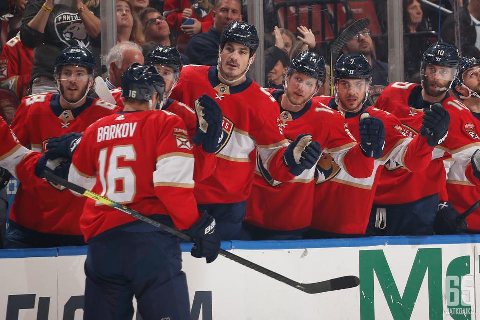 Barkovin osuma Canadiens-ottelun kuudennella minuutilla oli miehen sadas tehopiste tänä vuonna.