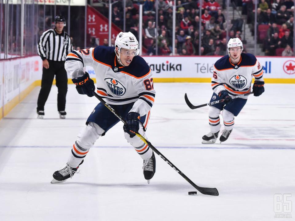 Caleb Jones jatkaa Edmonton Oilersin takalinjoilla seuraavat kaksi vuotta.