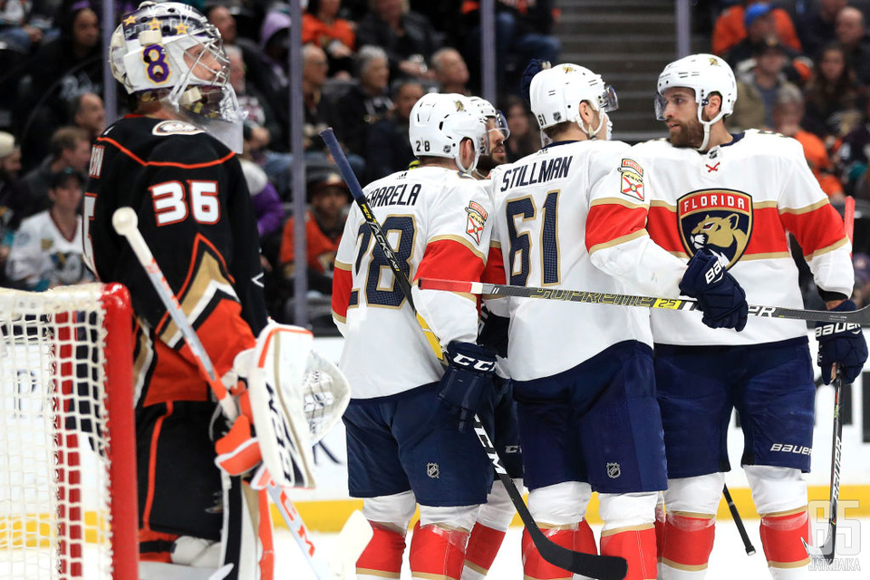 Aleksi Saarela (28) sai täysosuman tililleen neljännessä NHL-ottelussaan. Riley Stillman ja Vincent Trochek (oik.) olivat Panthersin pirteintä osastoa Ducks-kamppailussa.