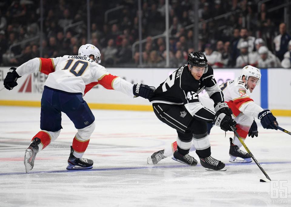 Gabriel Vilardi (kesk.) ei olisi voinut toivoa parempaa NHL-debyyttiä.