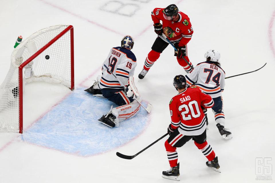 Blackhawksin ja Oilersin ottelu ratkesi dramaattisella tavalla reilu minuutti ennen päätössummeria. Jonathan Toews ohjaa pikkumustaa, ja Mikko Koskinen voi vain todeta tilanteen. Ethan Bear on myöhässä, ja Brandon Saad varmistaa.