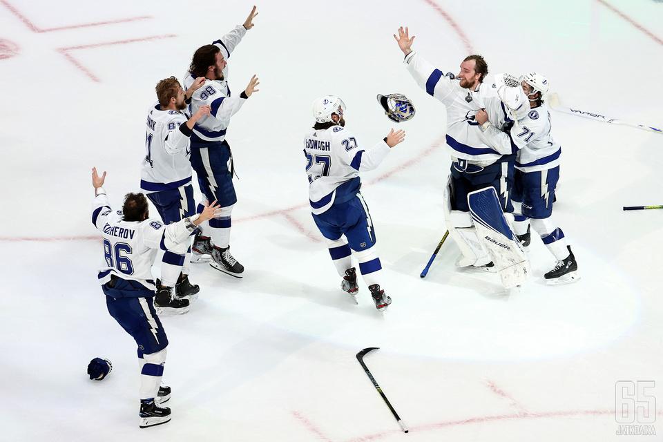 """""""Se on meidän!"""" NHL-kausi päättyi Lightningin mestaruusjuhliin."""