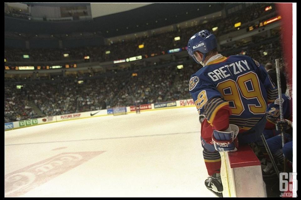 Wayne Gretzky valmistautuu ensimmäiseen otteluunsa Blues-paidassa. Odotukset ovat korkealla.