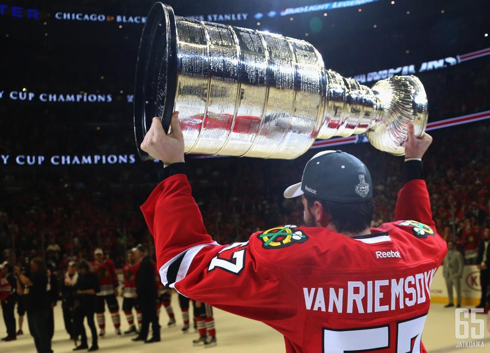 Van Riemsdyk voitti kauden päätteeksi Stanley Cupin Blackhawks-paidassa.