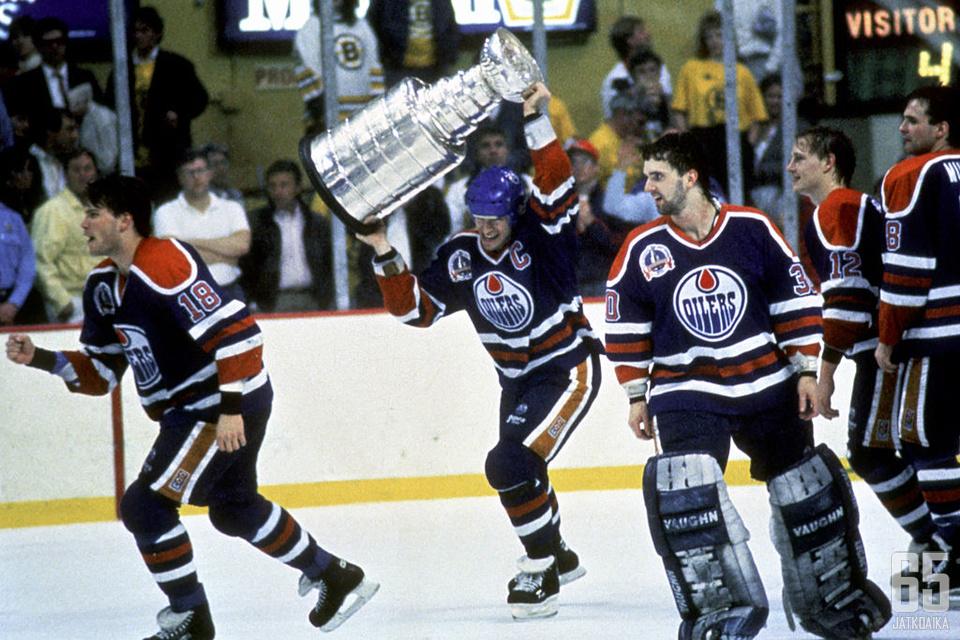 Craig Simpson (numero 18) nosteli Stanley Cupia toista kertaa urallaan keväällä 1990 Boston Gardenissa.
