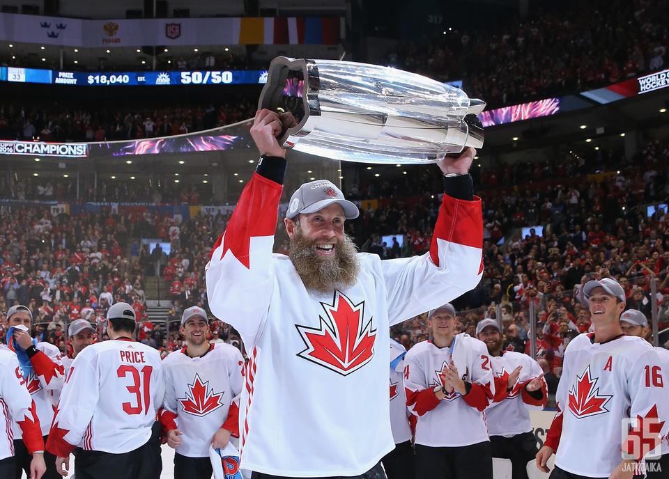 Thornton nosti World Cup -pokaalia Kanadan paidassa vuonna 2016.