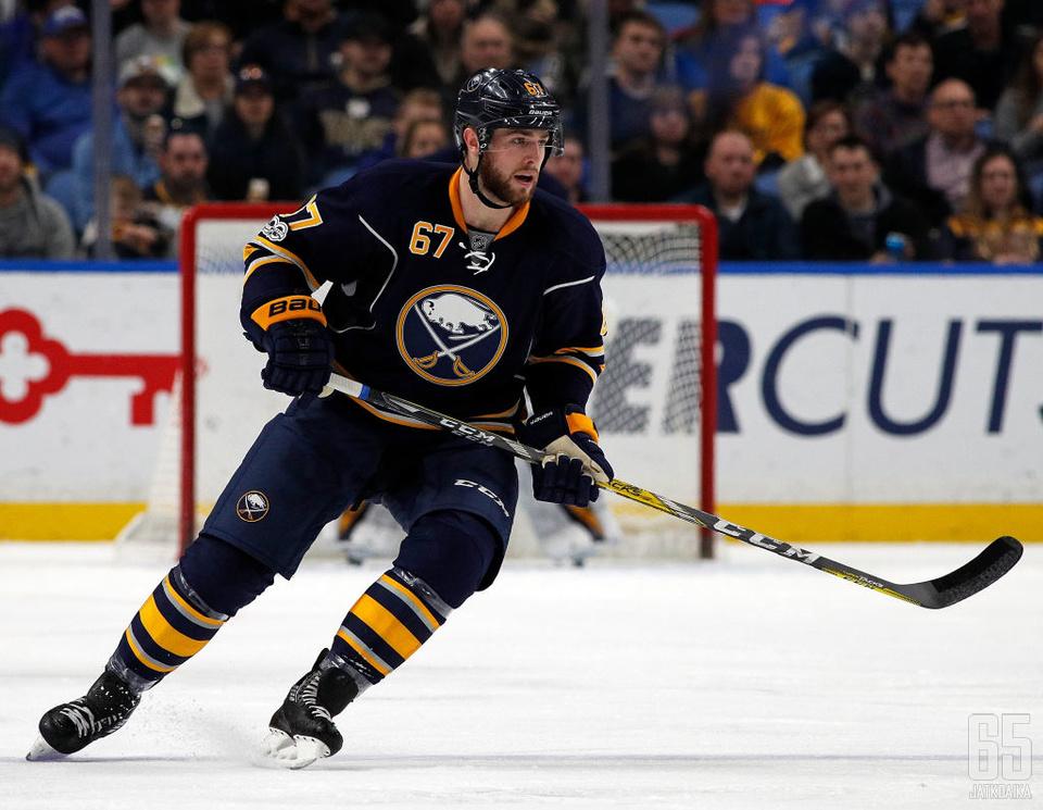 Austin on pelannut NHL-urallaan yhteensä viisi ottelua Buffalo Sabresin paidassa.