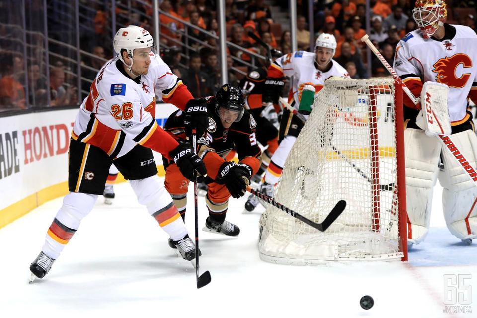 Michael Stone jatkaa Calgary Flamesissa uudella sopimuksella.