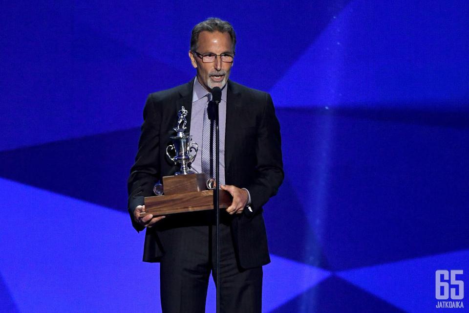 John Tortorella vastaanottamassa Jack Adams Awardia vuonna 2017.