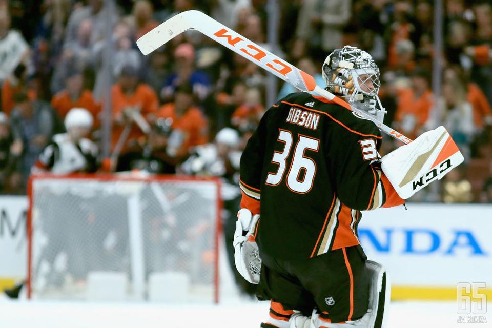 John Gibsonista tuli uuden sopimuksen myötä Ducksin historian parhaiten palkattu maalivahti.