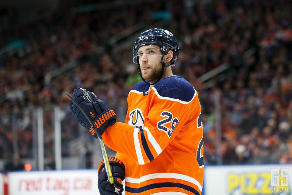 Oilersin Leon Draisaitl alusti molemmat joukkueensa maalit.
