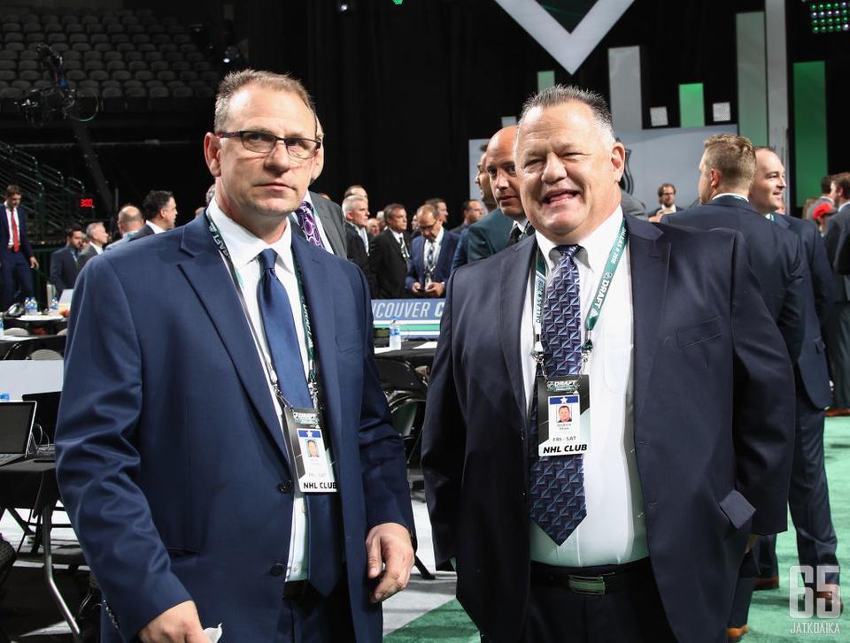 Keith Gretzky (vasemmalla) ja Andrew Shaw NHL:n varaustilaisuudessa 2018.