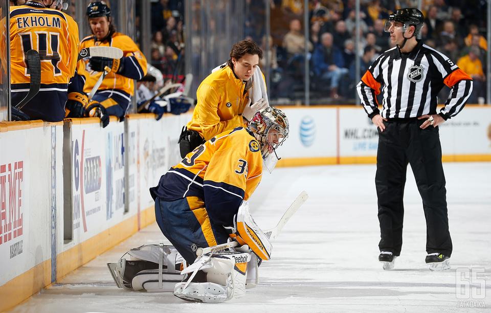 Pekka Rinne loukkaantui ottelussa Canucksia vastaan ja kokeili vielä polvensa kuntoa ennen jäältä poistumista.