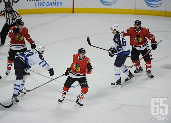 Teuvo Teräväinen on juuri tehnyt ensimmäisen NHL-maalinsa ja tuuletukset ovat sen mukaiset.