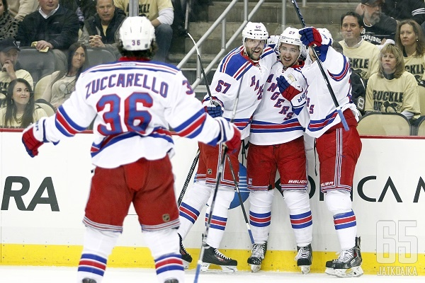 Ensimmäinen kohtaaminen päättyi Rangersin juhlaan.