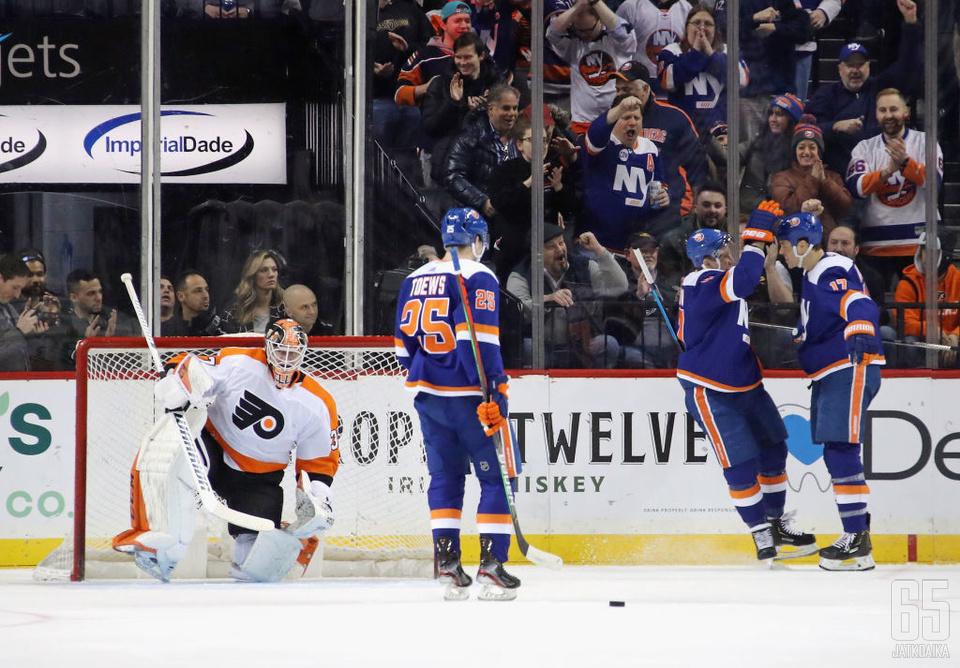 Leo Komarov ja NY Islanders pääsivät tuulettamaan maalia Philadelphia Flyersia vastaan.
