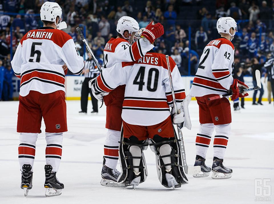 Jorge Alves sai onnittelut pelaajita tehtyään NHL-debyyttinsä.
