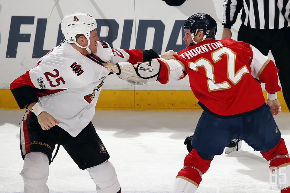 Thornton (oikealla) oli NHL-urallaan ahkera tappelija.