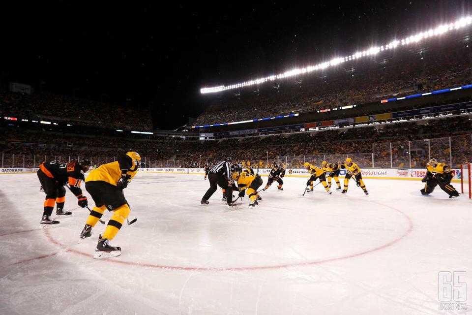 Penguins ja Flyers olivat vastakkain jalkapallostadionilla viime helmikuussa.
