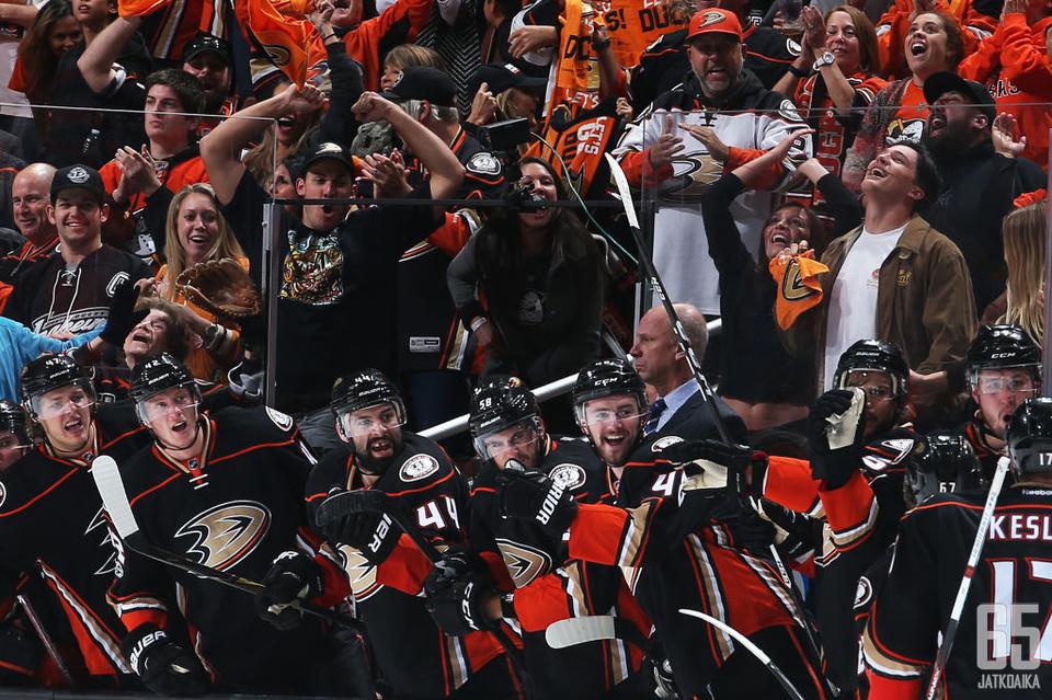 Ducks pääsi juhlimaan kotihallissaan huikean taistelun päätteeksi.