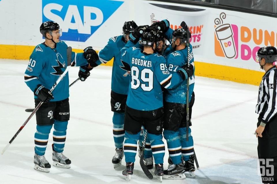 Joonas Donskoi iski Sharksin avausmaalin Predatorsia vastaan.