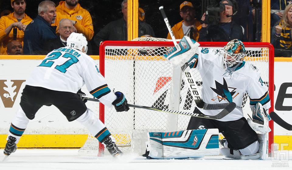 Aaron Dell jatkaa San Jose Sharksin maalin suulla seuraavat kaksi vuotta.