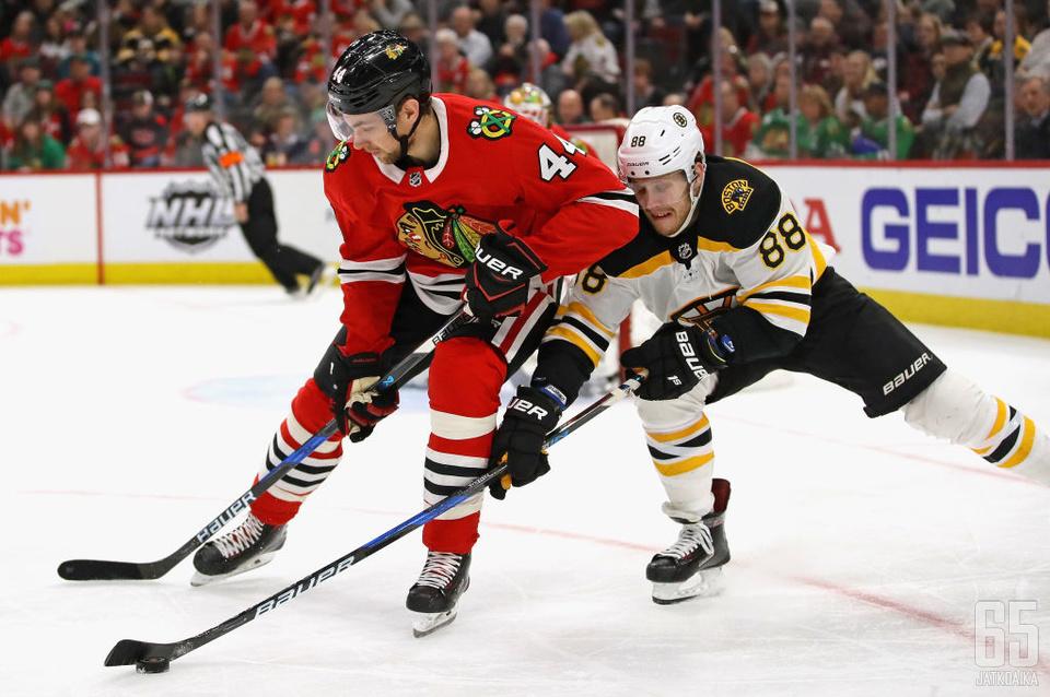 Ottelu Blackhawksin ja Bruinsin välillä oli tiukkaa vääntöä.